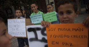 """Children hold placard reading """"I am muslim and want to grow in peace"""" during a demonstration in Granada on August 23, 2017 in protest against a surge in anti-Islamic hate crimes following last week's deadly attacks in Barcelona and Cambrils. The protest was called after the city's main mosque was attacked with flares on August 19, 2017 by a handful of members from a far-right group, Hogar Social, who also unfurled a Spanish flag outside building, according to images on Spanish TV.  / AFP PHOTO / JORGE GUERRERO"""